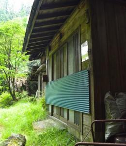 茶平集落-侵入を防ぐ板が貼られて、管理されている様子。