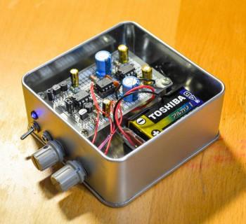 二つのノブで「音量(入力の振幅)」と「中段のゲイン」を調整します。