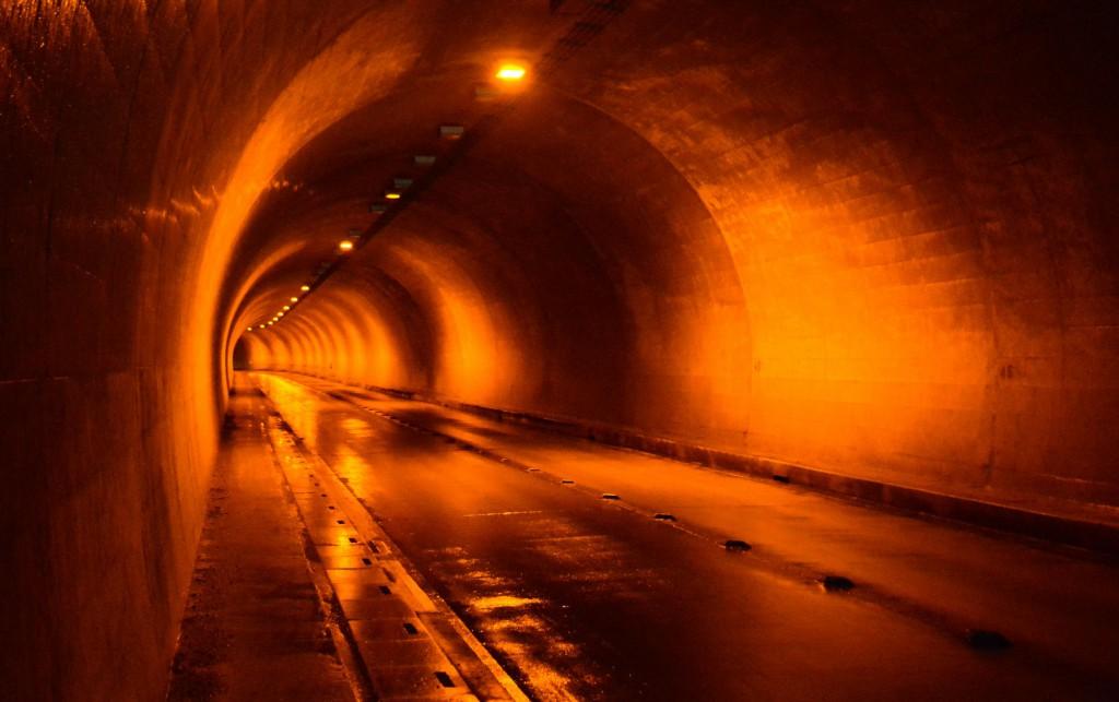 寄国土トンネル内部。すごい反響します。