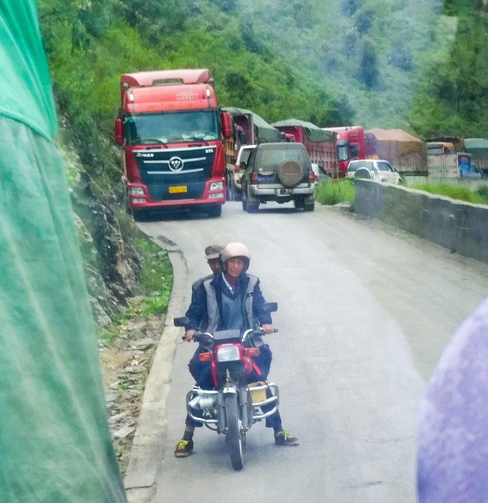 狭い山道に大型トラックが何台も
